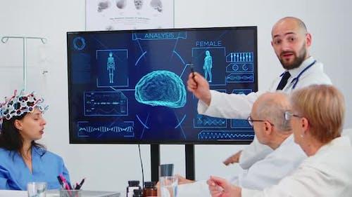 Krankenschwester testet neue Innovation für Hirn-S