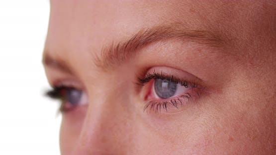 Nahaufnahme der schönen Frau mit blauen Augen auf weißem Hintergrund.