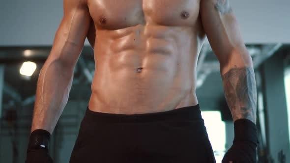 Nahaufnahme muskulös männlichen Sport Körper in Gym