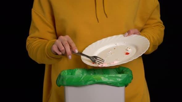 Thumbnail for Frau Schaben mit einem Teller ein Erdbeerkuchen in Mülltonne