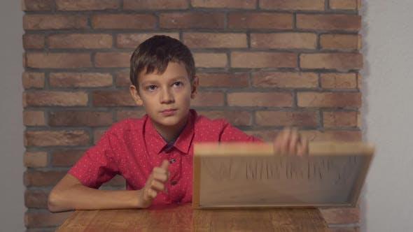 Thumbnail for Portrait Little Boy zeigt Whiteboard mit Handschrift Wort Wo