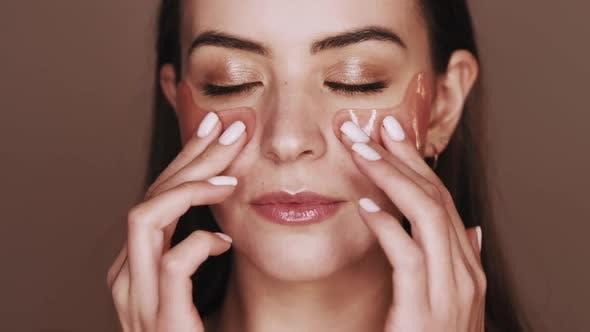 Hautpflege-Gesichtsbehandlung Frau mit Augenklappen