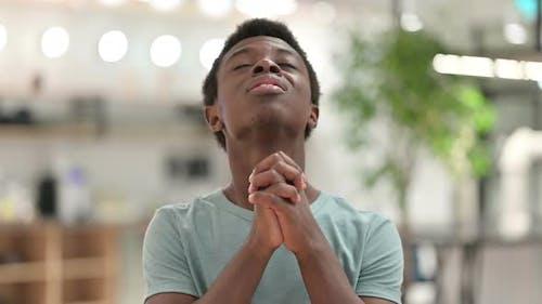 Junger Afrikaner betet, Vergebung