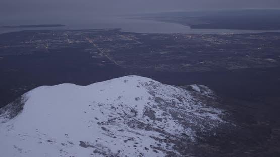 Hubschrauberaufnahmen fliegen über braunen Wald und Fluss mit Bergen im Hintergrund, LuftDrohne