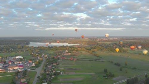 Fliegende Luftballons am See