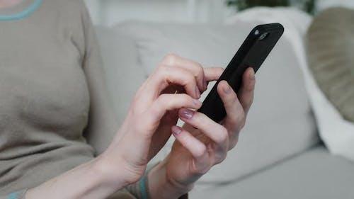 Junge Frau Kundin hält Telefon in Händen Einkaufen in App überprüfen Social Media Genießen Sie Online-Chat