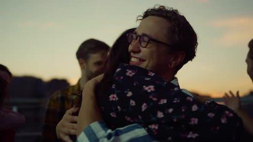 Freunde umarmen sich beim Treffen auf Party