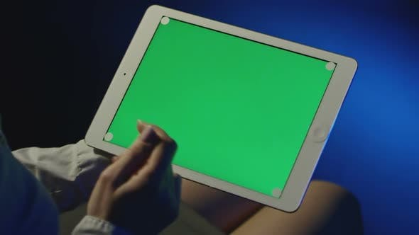 Cover Image for Female Hands Using Tablet with Green Screen