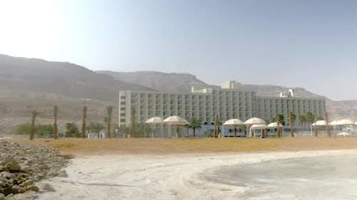 Ufer des Toten Meeres mit Erholungsgebieten, Israel