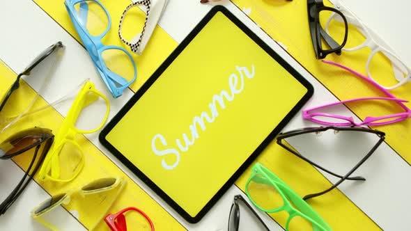 Thumbnail for Verschiedene Arten, Formen und Farben Sonnenbrillen. Tablet in der Mitte mit Text SOMMER