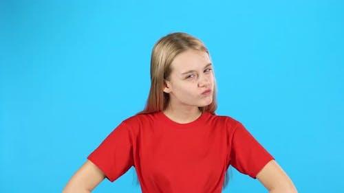 wenig blondehaarige Mädchen zeigen Emotion Strafe