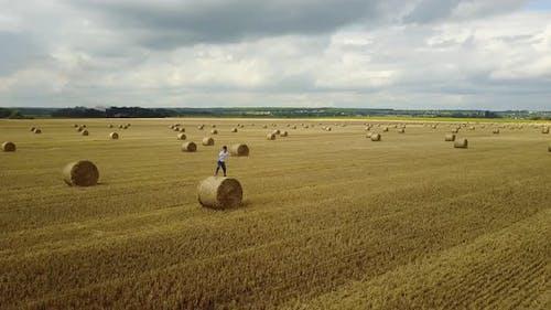 Junge entspannend auf Feld