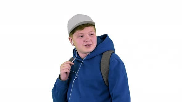 Teenager Calling auf Handy mit Freisprecheinrichtung beim Gehen auf weißem Hintergrund