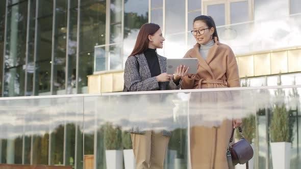 Mitarbeiterinnen unterhalten sich im Freien