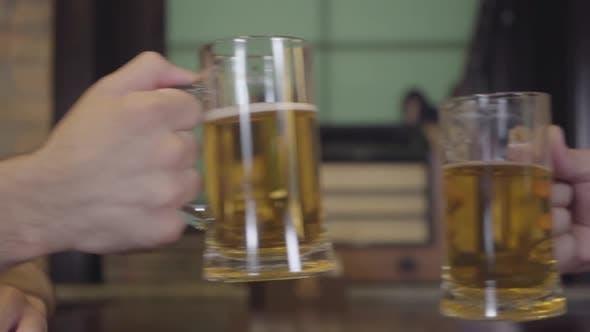 Thumbnail for Unerkannte Männer Clink Brille in Pub