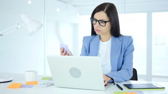 Thumbnail for Weibliche Designerin arbeitet an Neuem Plan in Office