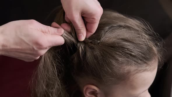 Mutter Zöpfe Tochter Pigtails auf Haarkopf