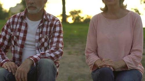 Frau seufzt und wendet sich dem Ehemann zu, Verzeiht Verrat, Gemeinsam durch das Leben