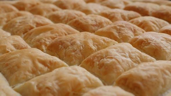 Leckere traditionelle handgemachte Kuchen Balkan mit Käse nach dem Backen 4K 2160p 30fps UltraHD Filmmaterial -