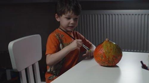 One Boy Dekorieren und Malen Kürbis für Halloween
