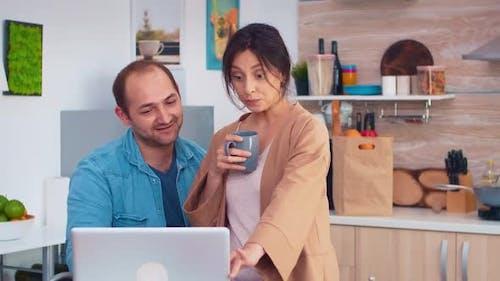 Joyeux couple entrepreneur travaillant sur ordinateur portable