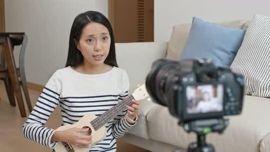 Thumbnail for Frau spricht mit der Kamera für soziale Medien