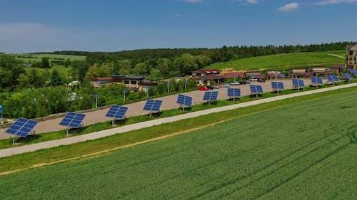 Moderner Komplex mit Photovoltaikzellen