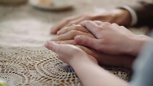 Frau beruhigend Faltige Alte Hand