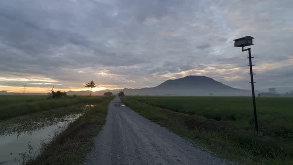 Timelapse Sonnenlicht diffundiert durch die dicke Wolke