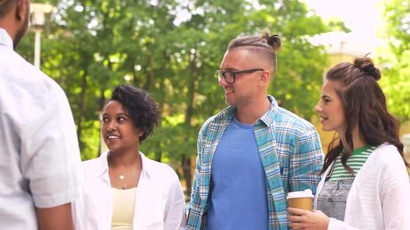Thumbnail for Happy Friends trinken Kaffee und reden im freien 14