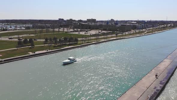 Luftaufnahme Angelbootsegel im Flusskanal. Weißes Boot schwimmt auf dem Fluss in der offenen See auf