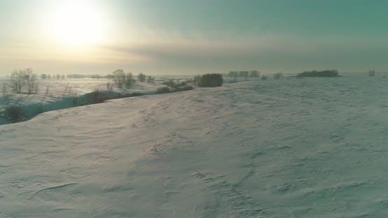 Thumbnail for Luftaufnahme der kalten Winterlandschaft arktisches Feld, mit Frostschnee bedeckte Bäume, Eisfluss und Sonne