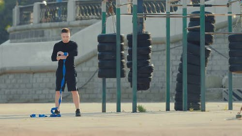 Athlet springt aktiv Seil auf dem Spielplatz