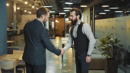 Négociations réussies et poignées de main