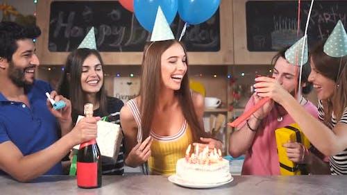 Freunde gratulieren Geburtstagskind