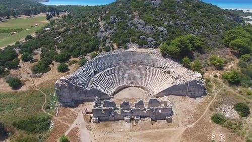 Altes historisches Steinamphitheater der antiken Zivilisationsstadt vor Christus