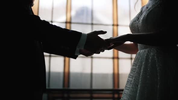 Thumbnail for Silhouette eines liebevollen Paares. Hochzeitspaar Hand in Zeitlupe