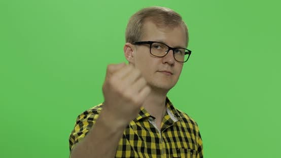 Thumbnail for Hübscher junger Mann in gelbem Hemd tun kommen Geste. Chroma-Taste