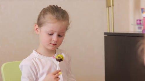 Kleines Mädchen mit Süßigkeiten