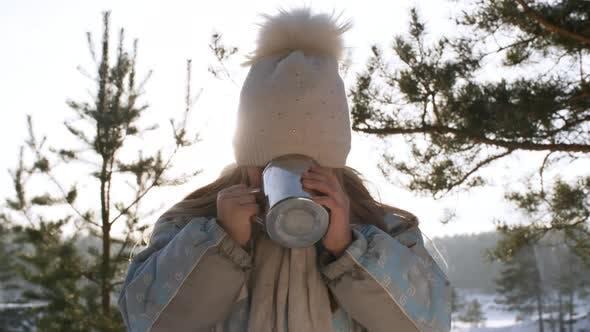 Thumbnail for Mädchen genießen Hot Drink in Winter