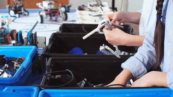 Thumbnail for Gruppe von Kindern wählen Teile von Roboterspielzeug für den Bau von Robotern in der Schule Unterricht