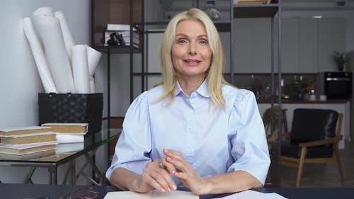 Webinaire de formation en ligne d'une femme d'âge moyen souriante parlant à Web Cam