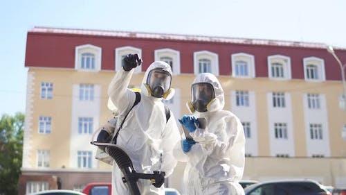 Professionelle Desinfektoren auf der Suche nach potenziell gefährlichen Orten