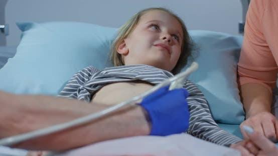 Thumbnail for Arzt Untersuchung Mädchen Bauch mit Ultraschall