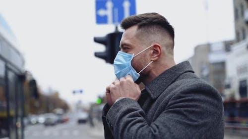 Mann trägt Gesichtsmasken während des Ausbruchs des Coronavirus