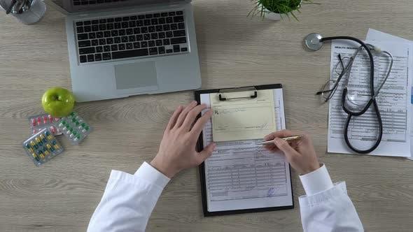Thumbnail for Familienarzt Unterzeichnung Rezept und Krankenversicherung Formular, Gesundheitsreform