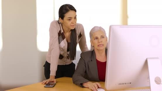 Thumbnail for Ein Bürofachmann berät ihren Chef