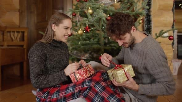 Thumbnail for Paar Eröffnung Weihnachtsgeschenke