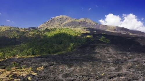 Landschaft des feuchten tropischen Regenwaldes und Schwarzes Lava-Feld rund um den Majestätischen auf Vulkan Batur