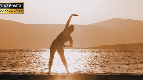 Gymnastique dans le coucher du soleil